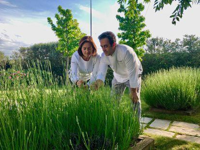 Angelines Gómez y Fernando Sáenz en su huerto de su obrador en Viana