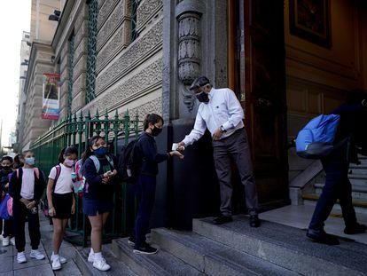 Un grupo de niños hacen fila antes de entrar a clases en Argentina, el pasado 19 de abril.