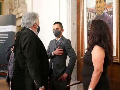 El subsecretario de Derechos Humanos de la Secretaría de Gobernación, Alejandro Encinas Rodríguez, durante el perdón público a Arturo Medina Vela.