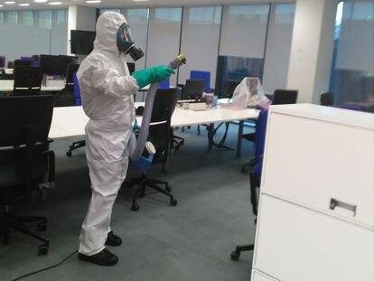 Un empleado de Anticimex durante la desinfección de una empresa