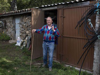 José, vecino de Horcajo de la sierra, en su huerto.