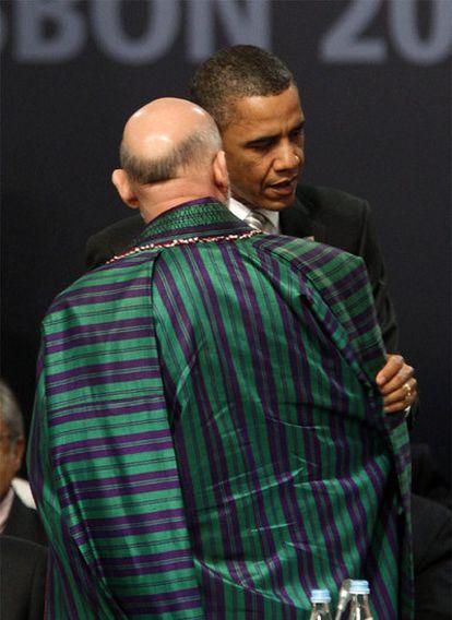 El presidente de EE UU, BArack Obama, charla con el mandatario afgano, Hamid Karzai, de espaldas.