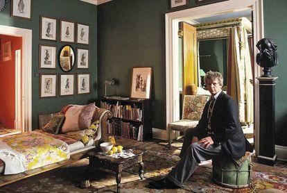 Christopher Gibbs, fotografiado en su casa de Londres, entre Picadilly y Savile Row, en los años sesenta.