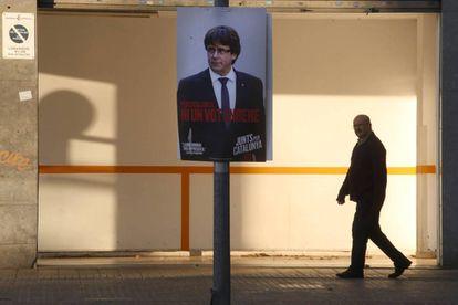 Un cartel electoral de Carles Puigdemont durante la campaña del 10-N en Terrassa.