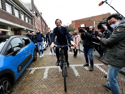 El primer ministro Mark Rutte, llegando este miércoles en bicicleta al colegio electoral.