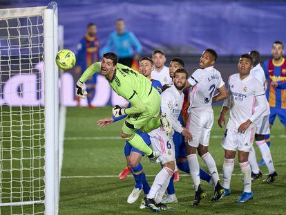 Courtois observa el balón pegar contra el poste derecho de su portería en ElClásico de su equipo, Real Madrid, ante el FC Barcelona, el 10 de abril de 2021.