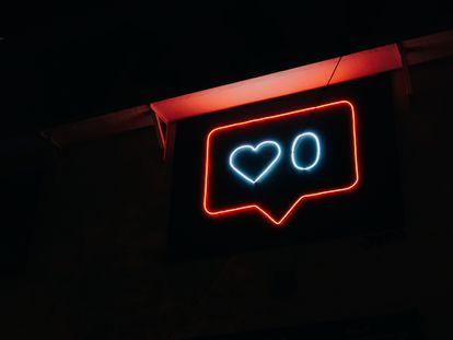 Un cartel luminoso con el símbolo de 'me gusta' de Instagram.