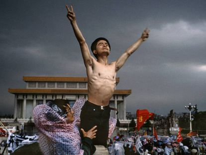 En la foto, un manifestante en la plaza de Tiananmen, en mayo de 1989. En el vídeo, represión de las protestas en el mes de junio.