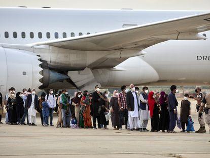 Un grupo de afganos llega a la base aérea de Torrejón de Ardoz, el martes.