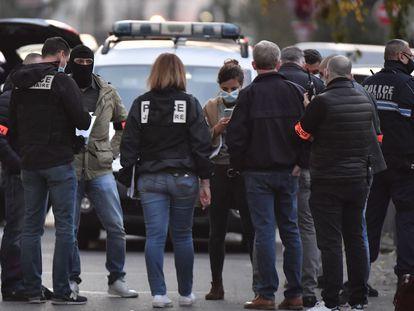 Investigadores de la policía tras el ataque en Lyon, este sábado.