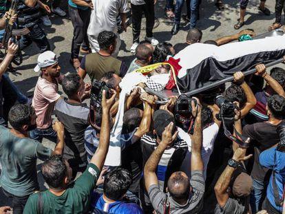 Entierro de un miliciano palestino abatido por Israel, el domingo en Gaza.