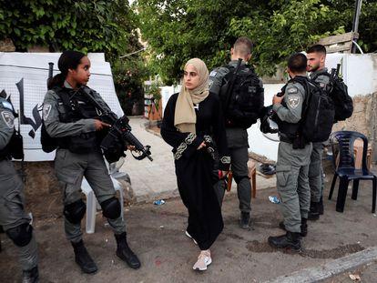 Muna al Kurd, activista digital palestina, a la entrada de su casa en Sheij Yarrah, el pasado domingo en Jerusalén.
