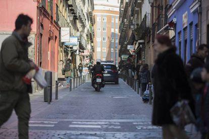 Pie de Foto: La calle de Tribulete, en Lavapiés, considerada de plataforma única: la acera está al mismo nivel que la calzada.