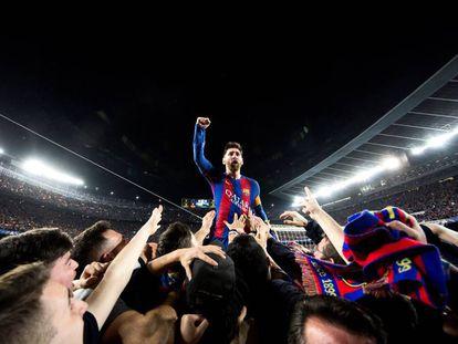 Messi celebra en un fondo del Camp Nou el triunfo europeo contra el PSG el 8 de marzo de 2017.
