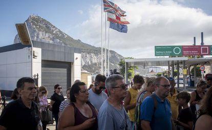 Varios ciudadanos hacen cola en la verja de Gibraltar.