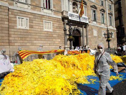 Acumulación de lazos amarillos retirados en la Plaza Sant Jaume.