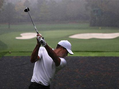 Tiger Woods se prepara este miércoles, bajo la lluvia, para su estreno en el Masters Augusta de 2020.