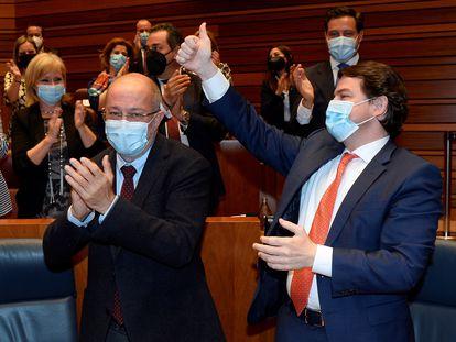 El presidente de la Junta de Castilla y León, Alfonso Fernández Mañueco (d), celebra junto al vicepresidente, Francisco Igea (i), la fallida moción de censura presentada por parte del PSOE, contra su gobierno.