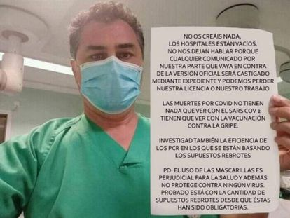 Imagen difundida en redes sociales de un supuesto sanitario que muestra un cartel que contiene mentiras sobre el coronavirus.