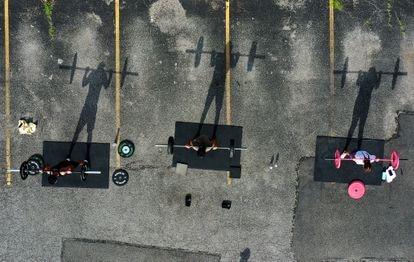 Tres practicantes de CrossFit hacen ejercicio en el exterior en Nueva York durante el verano de 2020.