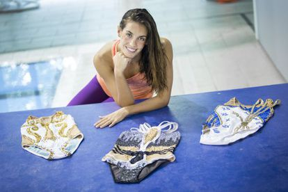 Ona Carbonell con los 3 bañadores diseñados por ella.