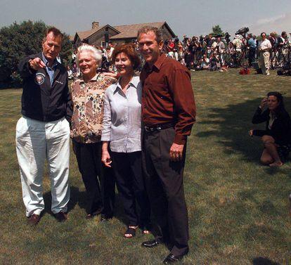 George y Barbara Bush, junto a Laura y George Bush Jr, en Maine en junio de 1999.