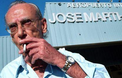 Eloy Gutiérrez Menoyo, en el aeropuerto de La Habana en 2003.