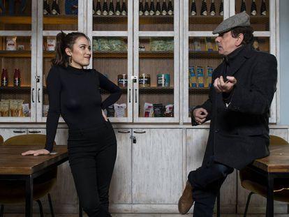Jaime Urrutia y María Yfeu charlan en una cafetería de Madrid.