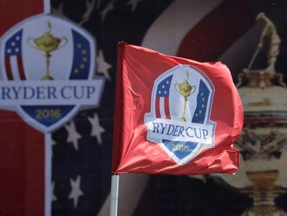 Una bandera con el logo de la Ryder Cup, en el torneo celebrado en septiembre de 2016 en el Club Nacional de Hazeltine (Chaska, Minnesota).