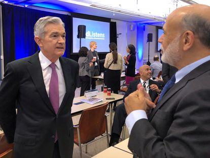 El presidente de la Reserva Federal, Jerome Powell habla con Ben Bernanke, uno de sus antecesores en el cargo, durante una conferencia monetaria en Chicago, en 2019.