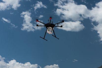 Dron sobrevolando con la carga de medicinas para llevarlas hasta una comunidad rural de difícil acceso en República Dominicana.