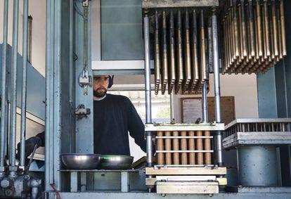 Un operario trabaja en el taller de la pirotécnica Rausell.
