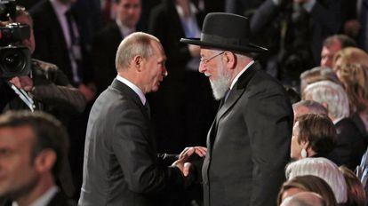 Vladímir Putin saluda al presidente del Consejo del Museo Yad Vashem, el rabino Israel Meir Lau, el jueves pasado en Jerusalén.