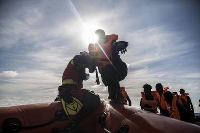 La tripulación del 'Open Arms', en tareas de rescate, este viernes.