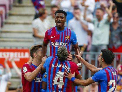 Ansu Fati celebra, junto a sus compañeros, el tercer gol del Barcelona ante el Levante.