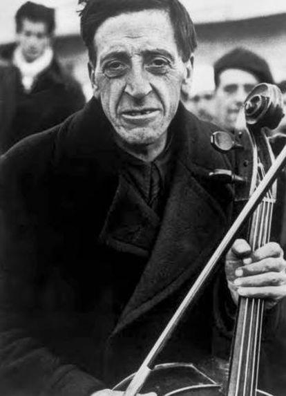 Retrato de Robert Capa de un músico de la Filarmónica de Barcelona campo de Bram marzo de 1939.