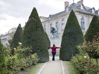 Una turista posa en los jardines del Museo Rodin de París en septiembre de 2015.
