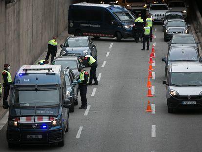 Control policial a la salida de Barcelona, el 9 de abril.