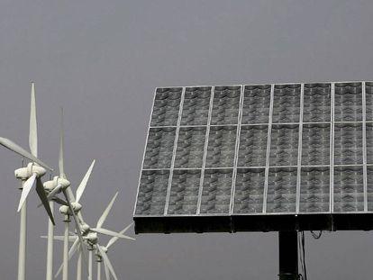 Molinos aerogeneradores y panel de energía fotovoltaica en Santa Cruz de Tenerife.