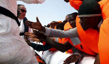 Cientos de inmigrantes intentan alcanzar las costas de Italia.