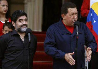 El presidente venezolano, la semana pasada al anunciar la ruptura de relaciones con Colombia en presencia de Diego Maradona