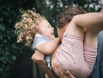 Jugar con los hijos influye favorablemente en la activación de diferentes sustancias, al igual que en los niños, puesto que se liberan endorfinas.