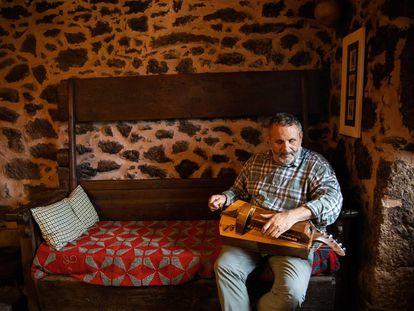 Francisco Xabier Almuíña toca la zanfoña en su casa de Vilela (Taboada, Lugo).
