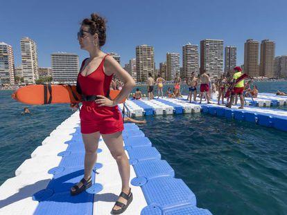 La periodista Sabina Urraca, durante su trabajo en una plataforma acuática frente a Benidorm.