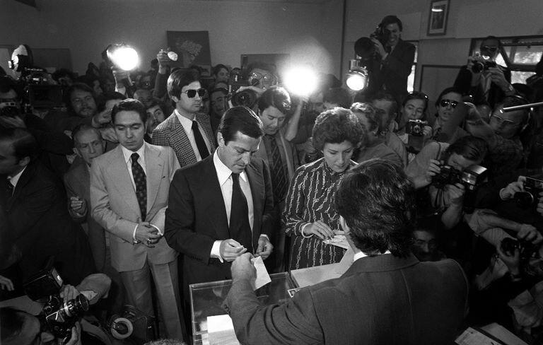 El presidente del Gobierno Adolfo Suárez vota en las primeras elecciones legislativas democráticas, el 15 de junio de 1977, en Madrid.