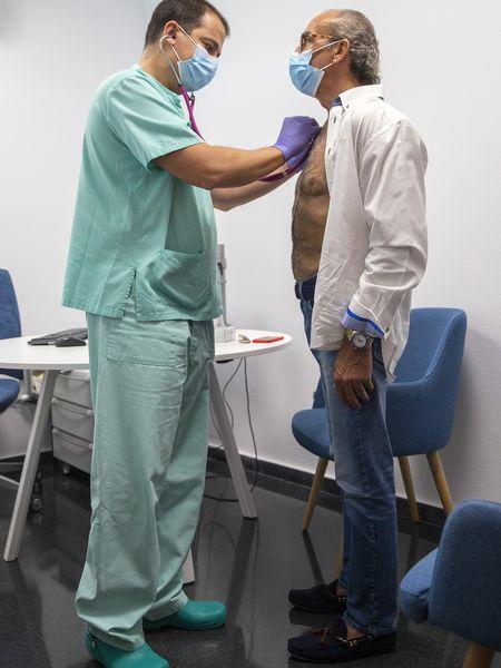 Pedrosa con Sergio Trinidad, jefe de servicio de Rehabilitación del hospital.