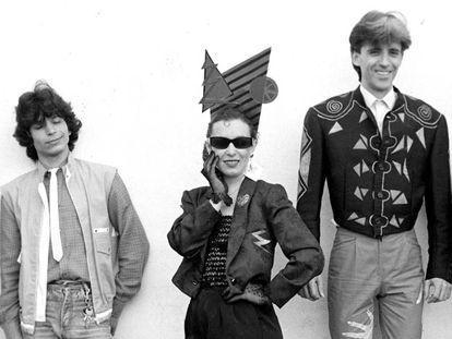 Kiko Veneno, a la derecha, con Martirio y Raimundo Amador en 1984, cinco años después de que Camarón grabara 'Volando voy'.