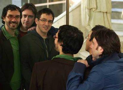 De izquierda a derecha ante el espejo, León Siminiani, Daniel Sánchez Arévalo y David Planell, ayer en Madrid.