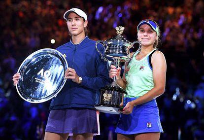Muguruza y Kenin, durante la ceremonia final en Melbourne.