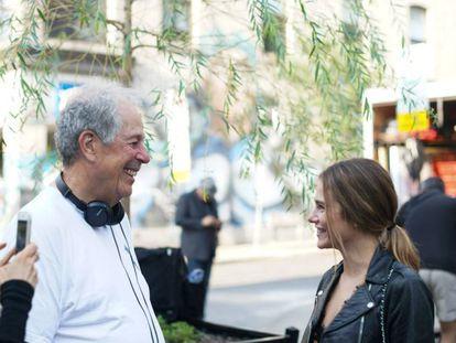 Denys Arcand y la actriz Maripier Morin, en el rodaje de 'La caída del imperio americano'. En vídeo, el tráiler de la película.